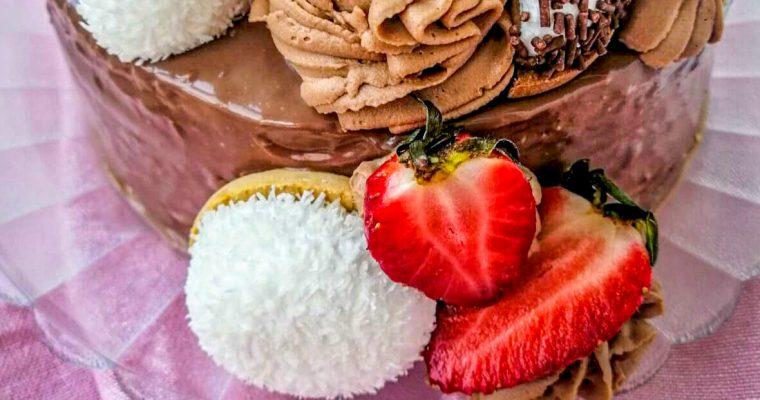 Tort din albușuri și ganaș de ciocolată