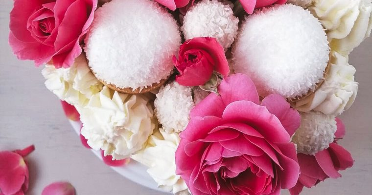Tort cu frișcă decorat cu trandafiri